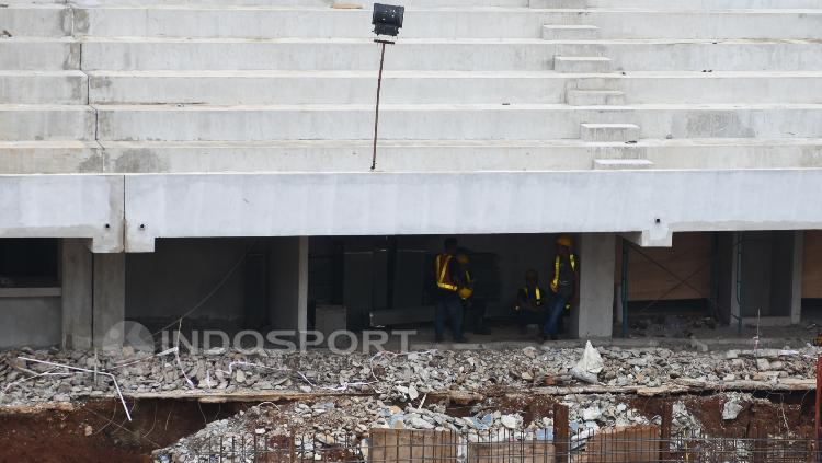 Beberapa pekerja sedang beristirahat disela-sela renovasi venue Aquatic.