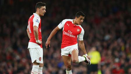 Mesut Ozil bersama Alexis Sanchez, mantan rekannya yang kini bermain untuk Manchester United. - INDOSPORT