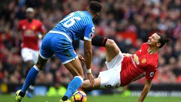 Penyerang Manchester United, Zlatan Ibrahimovic saat berduel dengan pemain Bournemouth, Tyrone Mings.