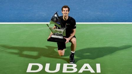 Petenis nomor satu dunia, Andy Murray, pamer trofi Dubai Tennis Championships.