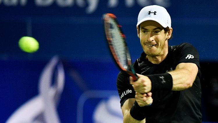 Petenis nomor satu dunia, Andy Murray, saat mengembalikan bola ke lawan.