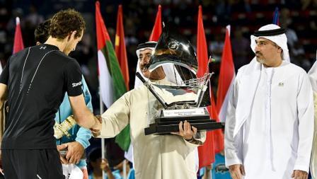 Andy Murray menerima Piala Dubai Terbuka dari Sheikh Hasher Bin Maktoum Al Maktoum, Presiden Tenis Emirates.