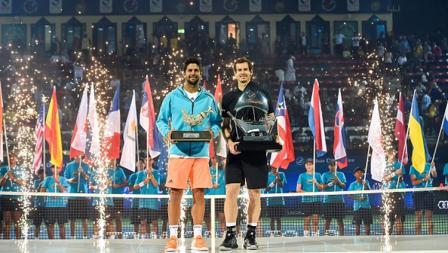 Andy Murray (kanan) dan Fernando Verdasco (kiri) berpose usai menerima trofi Dubai Terbuka 2017.
