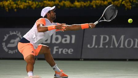 Fernando Verdasco berusaha mengembalikan bola ke Andy Murray.
