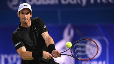 Andy Murray saat mengembalikan bola ke Fernando Verdasco.