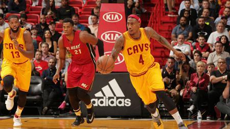 Iman Shumpert saat masih membela Cleveland Cavaliers membawa bola ke arah net lawan, Miami Heat. - INDOSPORT
