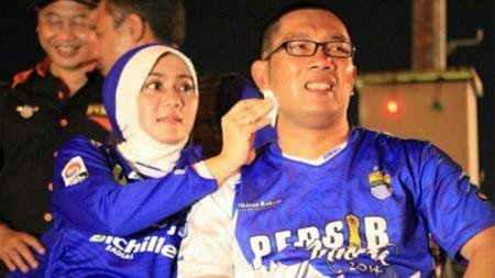 Atalia Praratya kerap menemani Ridwan Kamil saat mendukung Persib Bandung. - INDOSPORT