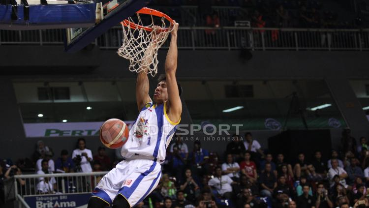 Aksi pebasket Laurentius Steven Oei pada Slam Dunk Contest.