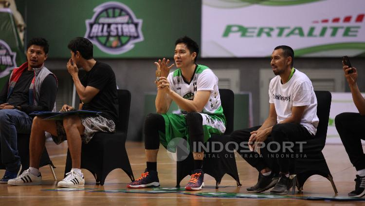 Para juri Slam Dunk Contest, diantaranya mantan pebasket Ali Budimansyah (kanan), Rony Gunawan (kedua dari kanan).
