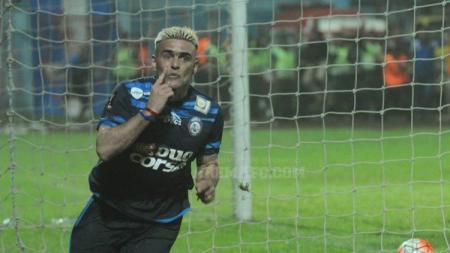 Selebrasi Cristian Gonzales usai bobol gawang Semen Padang. - INDOSPORT