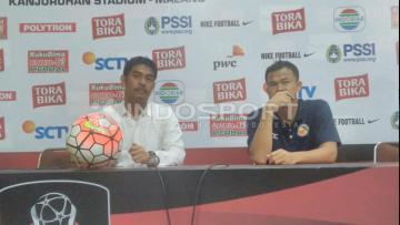 Pelatih Semen Padang, Nilmaizar dan bek tengah Handi Ramdan.