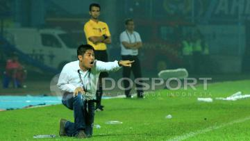 Aksi Nilmaizar saat memberikan arahan kepada para pemain Semen Padang.