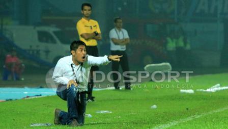 Pelatih Semen Padang, Nilmaizar memberikan instruksi kepada anak-anak asuhnya saat menghadapi Arema FC dalam laga semifinal leg kedua Piala Presiden 2017 di Stadion Kanjuruhan, Malang, Minggu (05/03/17).
