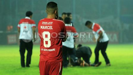 Ekspresi sedih striker Semen Padang, Marcel Silva Sacramento usai timnya ditumbangkan Arema FC 5-2 dalam laga semifinal leg kedua Piala Presiden 2017 di Stadion Kanjuruhan, Malang, Minggu (05/03/17).