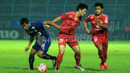Pertarungan sengit pemain Arema FC dengan Semen Padang dalam laga semifinal leg kedua Piala Presiden 2017 di Stadion Kanjuruhan, Malang, Minggu (05/03/17).