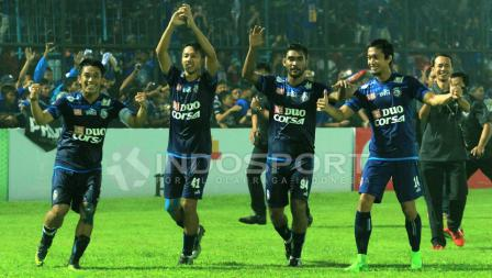 Para pemain dan ofisial Arema FC merayakan keberhasilan melaju ke final Piala Presiden 2017.