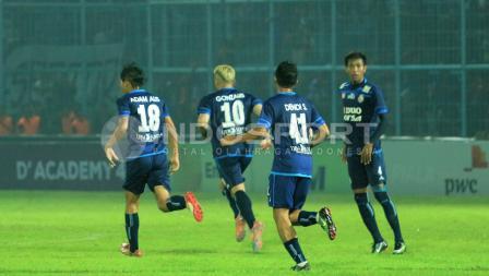 Para pemain Arema FC merayakan keberhasilan Cristian Gonzales membobol gawang Semen Padang.