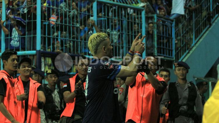 Striker Arema FC, Cristian Gonzales merayakan gol yang dicetaknya ke gawang Semen Padang.