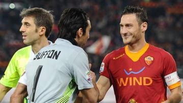 Totti dan Buffon saat saling bersua di sebuah pertandingan tahun 2011 silam.