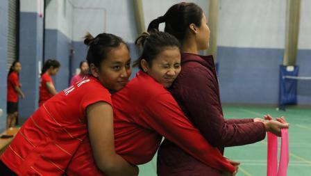 Rosyita, Anggia, dan Rizki nampak akrab di tengah situasi latihan yang serius tapi santai.