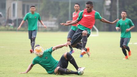 Dua calon pemain Timnas Indonesia U-22, Ryuji Utomo (kiri bawah) berduel dengan Yabes Roni pada seleksi tahap ketiga.
