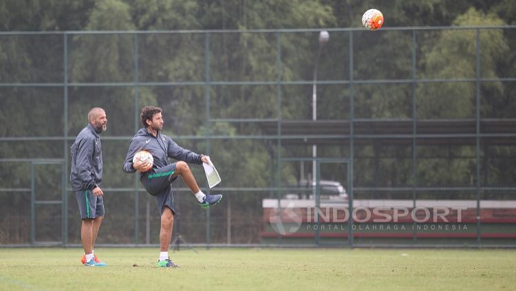 Pelatih Timnas U-22, Luis Milla bersama pelatih kiper Eduardo Perez di sela-sela seleksi tahap ketiga.