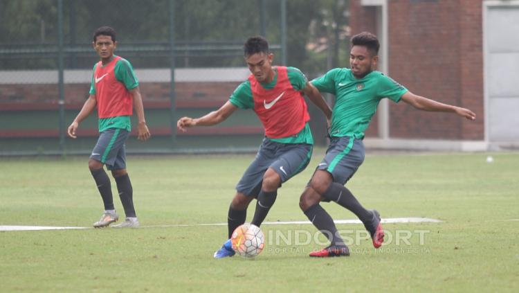 Saddil Ramdani (kedua dari kanan) menjaga ketat rekannya.