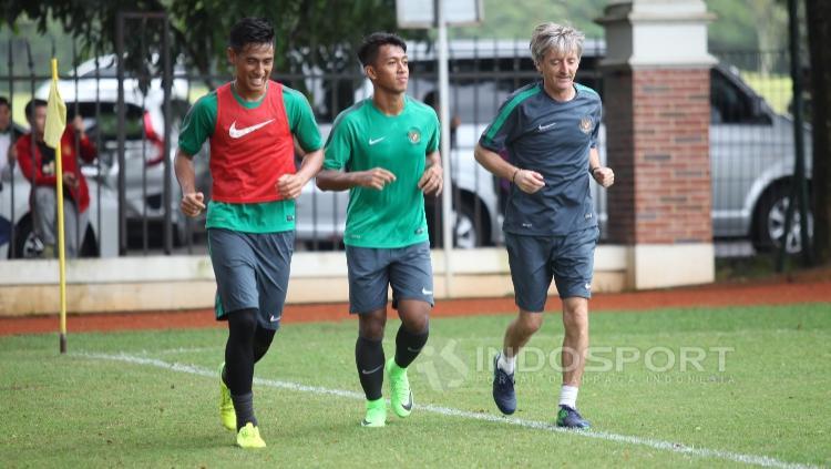 Dua pemain yakni Febri Hariyadi (tengah) dan Hanif Sjahbandi sempat berlatih terpisah.