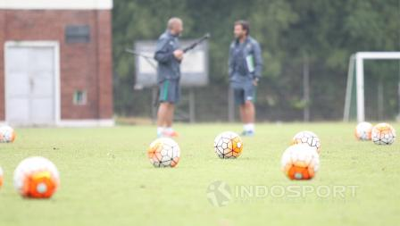 Pelatih Luis Milla (kanan) bersama pelatih kiper Eduardo Perez sedang berdiskusi usai latihan seleksi tahap pertama.