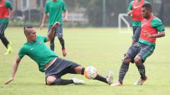 Indosport - Dua calon pemain Timnas Indonesia U-22, Ryuji Utomo (kiri) berduel dengan Yabes Roni pada seleksi tahap ketiga.