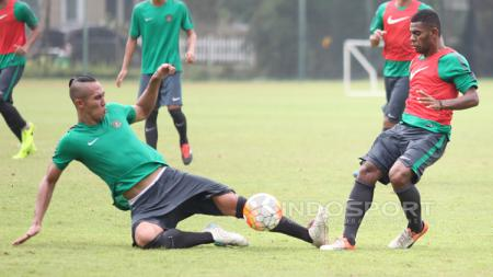 Dua calon pemain Timnas Indonesia U-22, Ryuji Utomo (kiri) berduel dengan Yabes Roni pada seleksi tahap ketiga. - INDOSPORT