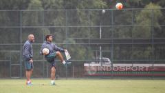 Indosport - Pelatih Timnas U-22, Luis Milla bersama pelatih kiper Eduardo Perez di sela-sela seleksi tahap ketiga.