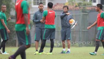 PelatihTimnas U-22, Luis Milla (kedua dari kanan) memberi instruksi kepada para pemainnya.