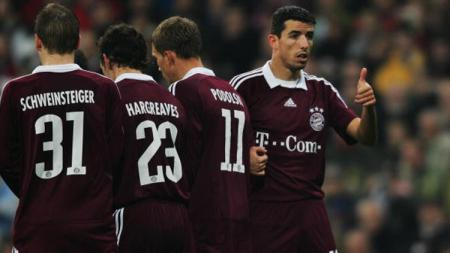 Roy Makaay, Bastian Schweinsteiger, Lukas Podloski, dan Owen Hargreaves membentuk tembok di laga melawan Real Madrid 10 tahun lalu. - INDOSPORT