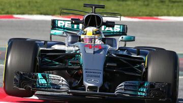 Pembalap Mercedes, Lewis Hamilton menggeber mobilnya.