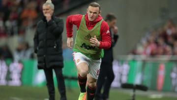 Penyerang Manchester United, Wayne Rooney sedang melakukan pemanasan di pinggir lapangan.