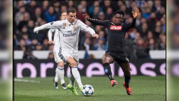 Cristiano Ronaldo berhadapan dengan pemain Napoli.