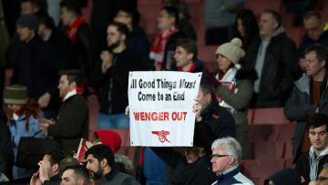Para pendukung Arsenal mendesak Arsene Wenger untuk angkat koper.