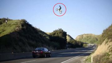 Kyle Katsandris saat melakukan aksi berbahaya di jalan tol.