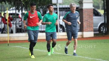 Dua pemain yakni Febri Hariyadi (tengah) dan Hanif Sjahbandi sempat berlatih terpisah pada Selasa, (07/03/16) kemarin.