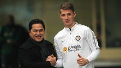 Indosport - Erick Thohir kunjungi tempat latihan Inter dan bersalaman dengan Andrea Pinamonti.