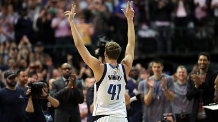 Dirk Nowitzki (Dallas Mavericks) mencetak rekor dengan mencetak 30 ribu poin sepanjang kariernya di NBA. - INDOSPORT