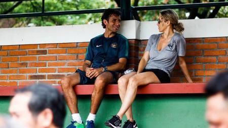 Luis Milla ditemani istri tercintanya saat memimpin sesi latihan Timnas Indonesia U-22. - INDOSPORT