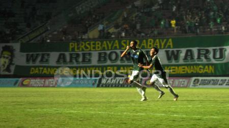 Pemain Persebaya Surabaya merayakan gol yang dicetak Oktavianus Fernando ke gawang Cilegon FC. - INDOSPORT