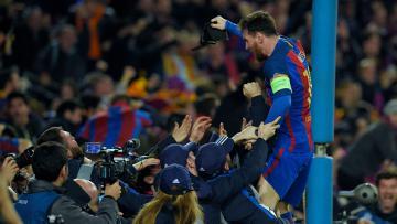 Para pemain Barcelona merayakan keberhasilan lolos ke perempatfinal Liga Champions musim ini.