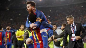 Lionel Messi memeluk Neymar pasca pertandingan.
