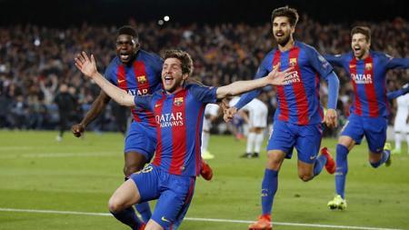 Sergi Roberto berlari ke sisi lapangan merayakan gol penentu kemenangan atas PSG di leg 2 Liga Champions babak 16 besar musim 2016/17. - INDOSPORT