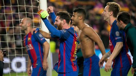 Skuat Barcelona rayakan kemenangan ke arah penonton.