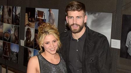 Gerard Pique dan sang kekasih, Shakira. - INDOSPORT
