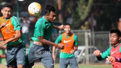 Indosport - Dendi Sulystiawan (kiri) duel udara dengah Hansamu dalam game internal seleksi tahap ketiga Timnas U-22.